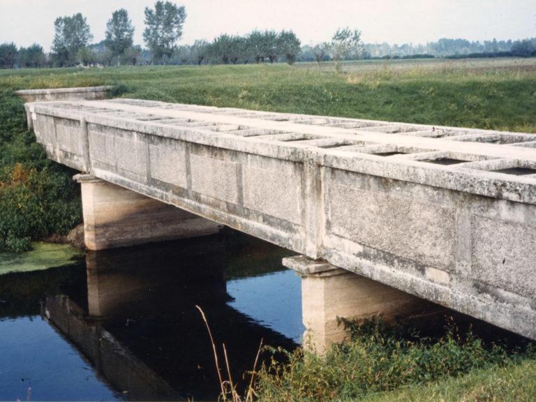Ponte canale, per l'attraversamento aereo di un colatore da parte di un canale irriguo pensile.